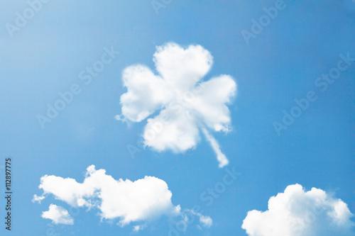 Cuadros en Lienzo Las nubes dan forma a como el trébol.