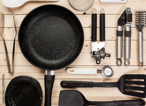 Fotografía  cookware and accessories on a wooden table.