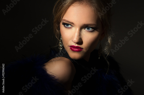 Fotografía  Close-up portrait of gorgeous blonde young woman in celebrity style with perfect make up and hair style