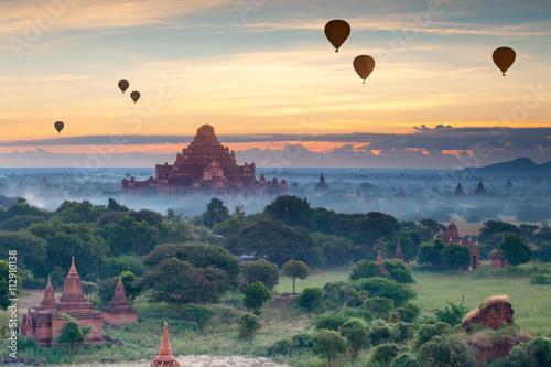 Fotografia  Beautiful sunset scene of Ancient Pagoda in Bagan, Myanmar