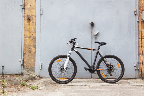 Staande foto Fiets bicycle on wall background retro