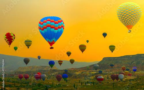 Plakat Gorące powietrze balon nad żółtym lądowaniem w górze