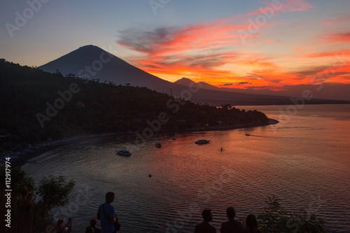zmierzchu-sceniczny-widok-agung-wulkan-od-amed-wioski-bali-indonezja