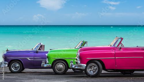 Poster Vintage voitures Drei amerikanische Oldtimer am Strand von Havanna Kuba