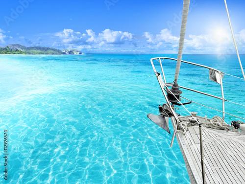 widok-tropikalnej-plazy-z-jachtu