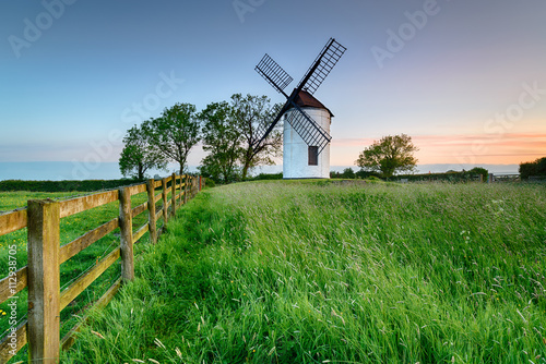 Tuinposter Groene Sunrise at Ashtom Mill in Somerset