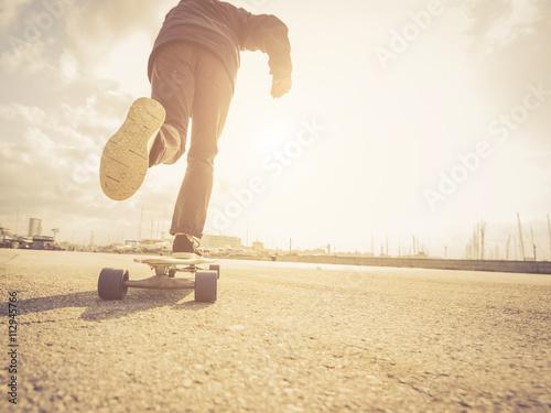 Fotografie, Obraz  Pohodě street skateboardista v městském scéně.