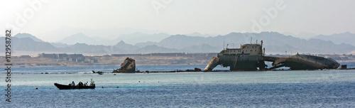 Foto op Canvas Schipbreuk sunken ship