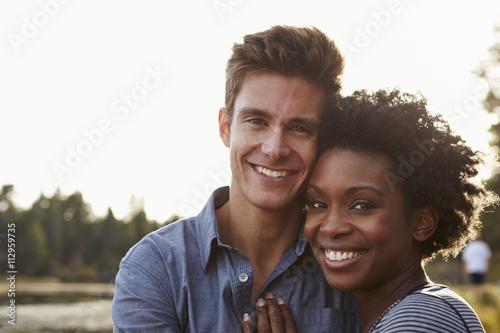 Fotografie, Obraz  Smíšené rasy pár v přírodě, hledí do kamery