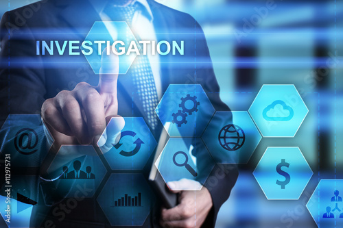 Fotografía  Businessman pressing button on touch screen interface and select Investigation