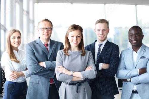 Photo Face of beautiful woman on the background of business people
