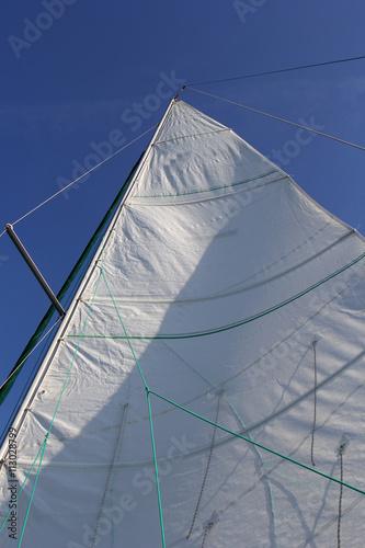 Photo  Biały żagiel na tle błękitnego nieba