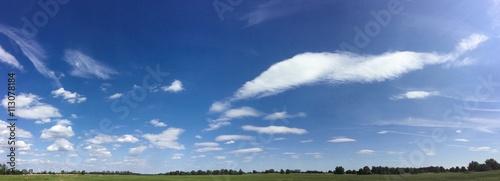 blauer Himmel mit weitem Horizont