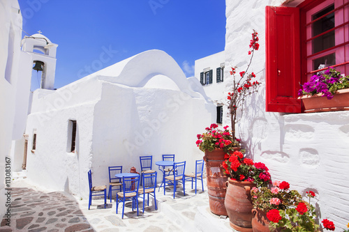 Photo Traditional greek street with flowers in Amorgos island, Greece