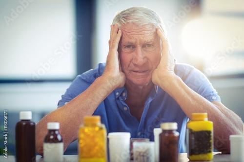 Photo  Senior man suffering from headache