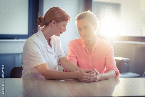 Poster Ecole de Yoga Female nurse consoling senior woman