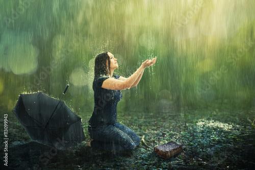 Obraz na plátně Žena a sprchový déšť