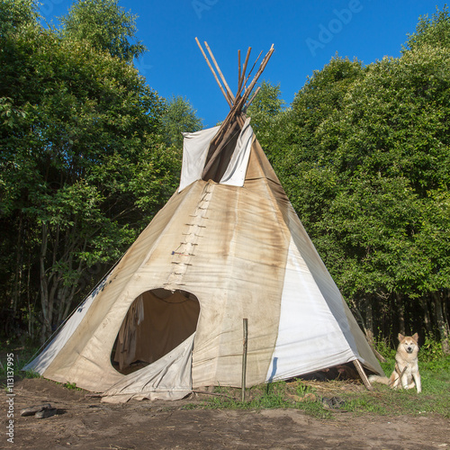 Poster Indiens A single, solitary teepee in a forest. Tepees were traditional housing for Native Americans in Great Plains and other Western states.