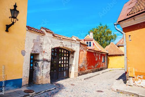 Photo Summer medieval street in the Historical Center of Tallinn city.