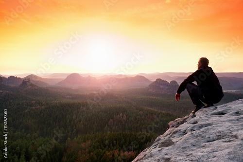 Photo  Man enjoing watching orange daybreak in mountains