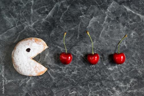 Fotografie, Obraz  Práškový donut jíst čerstvé třešně