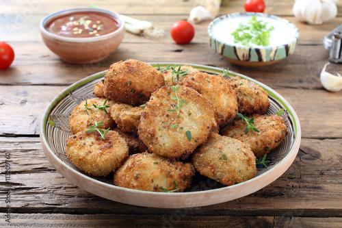 Fotografie, Tablou  alimentazione vegetariana verdure patate gratinate o fritte su sfondo rustico