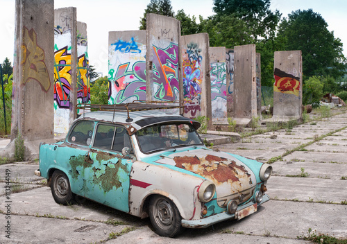 trabant vor graffitiwand Canvas Print