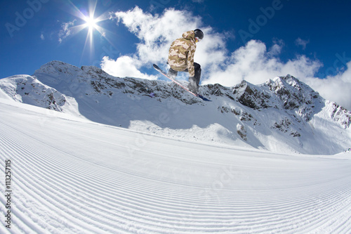 Papel de parede Snowboard rider jumping on mountains. Extreme freeride sport.