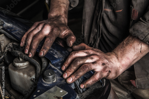 Fotografía  Working man near engine