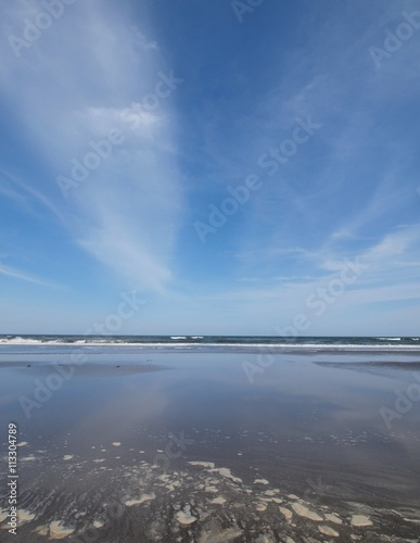 青空と引き潮の海  千葉県の九十九里浜の片貝海岸 Canvas-taulu