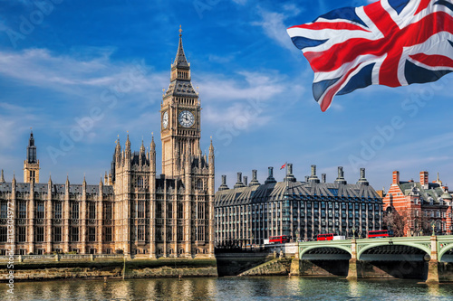 Poster Londres bus rouge Big Ben with flag of United Kingdom in London, UK