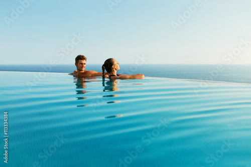 Fotografia  Couple In Love At Luxury Resort On Romantic Summer Vacation