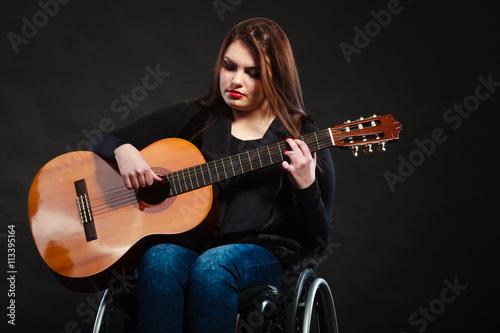 Fotografie, Obraz  Postižené dívky hrát na kytaru.