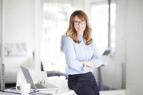 Photo  Executive businesswoman standing at office