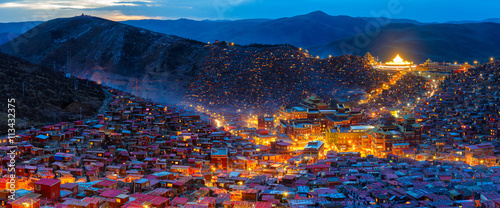 Photographie Panorama top view night scene at Larung gar (Buddhist Academy) in Sichuan, China