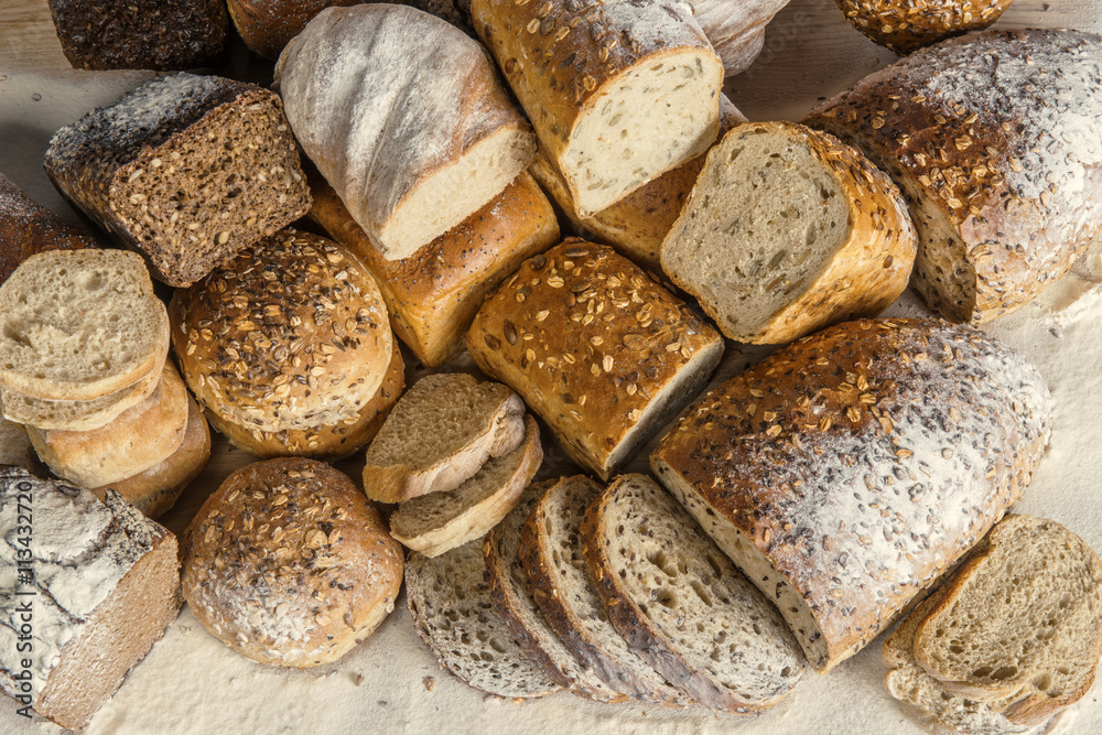Kompozycja piekarnicza - chleby pełnoziarniste, obsypane mąką, jasne i ciemne