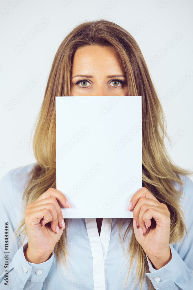 Junge Frau hält Zettel vor Gesicht / Freie Fläche für Emotionen Foto ...