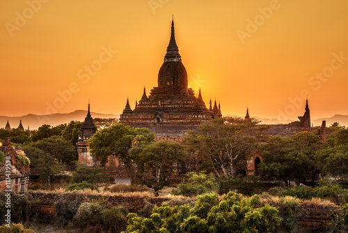 Fotoposter Temple Sunrise above a temple in Bagan