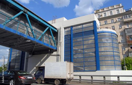 Foto op Plexiglas Stadion Надземный пешеходный переход через участок Третьего транспортного кольца в Москве