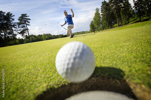 Spoed Foto op Canvas Golf Ball rolling into the hole