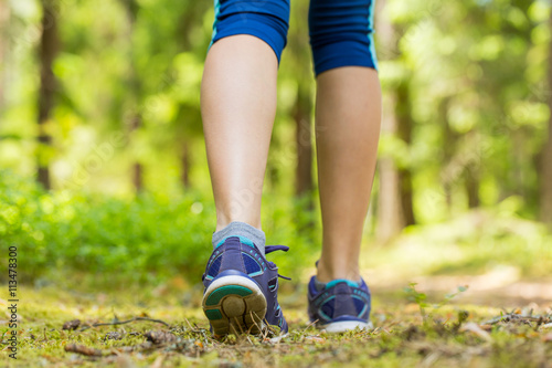 Foto  Walking or running legs in forest, exercising in summer nature.T
