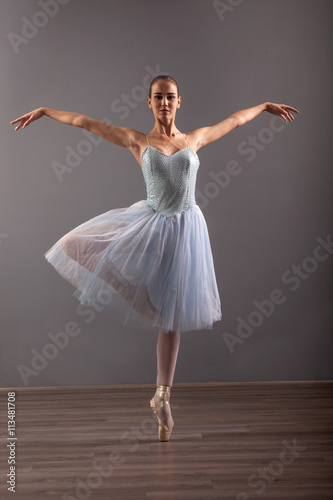 Fotografia  beautiful ballerina in point technique,posing