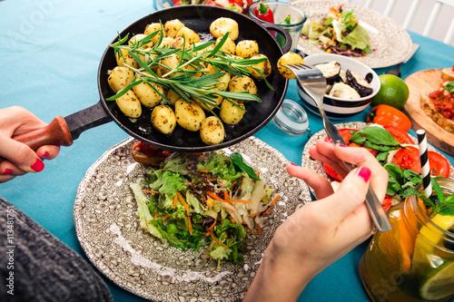 Foto op Plexiglas Japan Schön gedeckter Tisch mit leckerem Essen aus einer Luftaufnahme