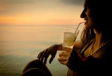 Frau Im Sommer Urlaub Trinkt Cocktail Zum Sonnenuntergang