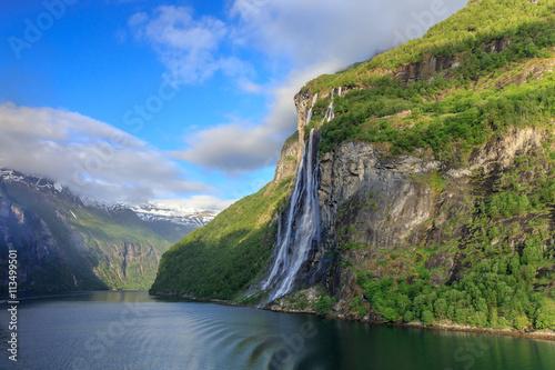 Fotografie, Obraz  Geirangerfjord mit dem Wasserfall Sieben Schwestern im Morgenlicht
