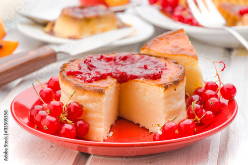 fototapeta na lodówkę jam and cheesecake with currants