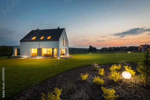 Modern house at night - fototapety na wymiar
