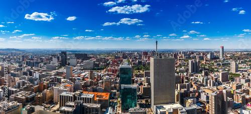 Fototapeta premium Miasto Johannesburg i północne przedmieścia w oddali.