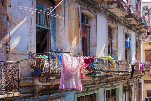 Photo Laundry on the balcony of an old building in Havana, Cuba