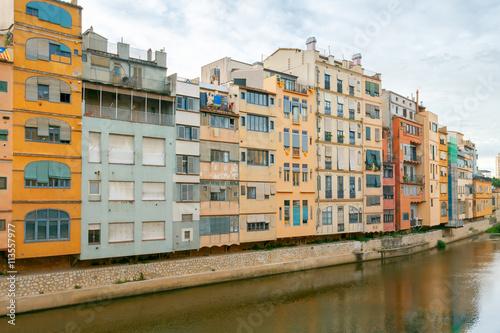 In de dag Kanaal Girona. Multi-colored facades of houses on the river Onyar.